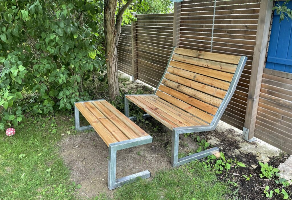 Garten-Lounger als Hochlehner-Doppelsitz mit Fußbank
